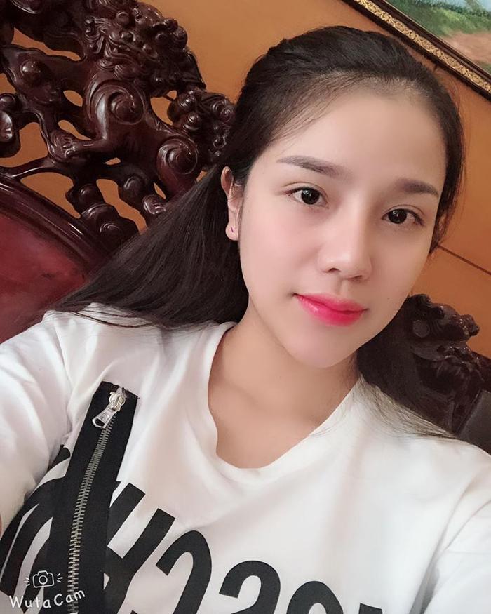 Trên trang cá nhân, Khánh Linh thường xuyên đăng tải hình ảnh có mặt tại sân vận động để cổ vũ bóng đá, đặc biệt là những trận đấu có mặt Bùi Tiến Dũng.