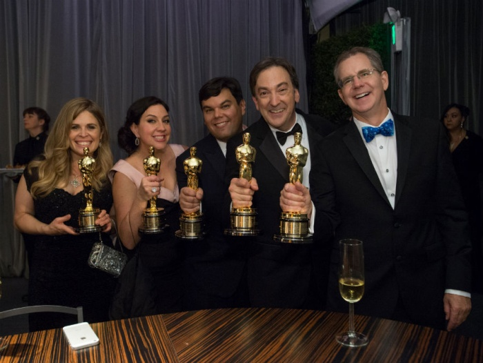 Ê-kíp Frozenvà Disney ăn mừng sau khi thắng đậm tại Oscar 2014.