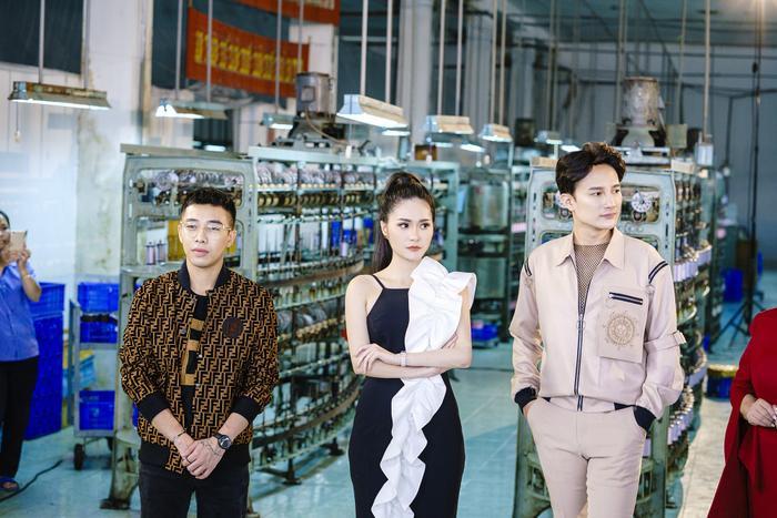 Hoàng Ku cùng các vị ban giám khảo tại nhà máy Lụa Bảo Lộc xem và động viên các thí sinh chụp hình thử thách ở tập 2