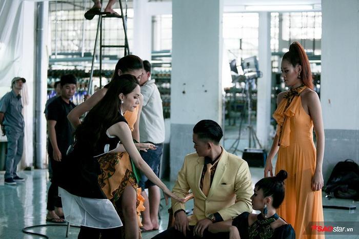 Hương Giang đang chỉnh các tư thế cho các thí sinh
