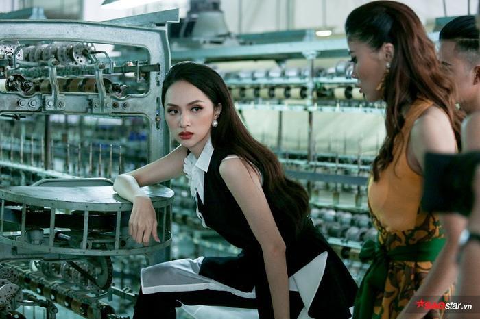 Dù thời gian chụp ảnh vô cùng gấp gáp nhưng không vì thế mà Hoa hậu Hương Giang hướng dẫn các thí sinh qua loa.