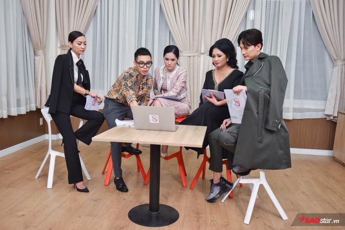 Hoàng Ku cùng các vị ban giám khảo bàn bạc cho ra quyết định chiến thắng cuối cùng ở tập 2