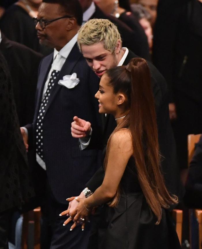 Ariana Grande đến dự tang lễ cùng vị hôn phu Pete Davidson.