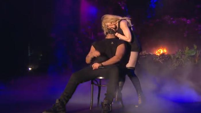 Madonna cưỡng hôn Drake ngay trên sân khấu.