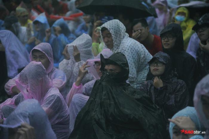 Người Sài Gòn kín mít áo mưa xem bóng đá.