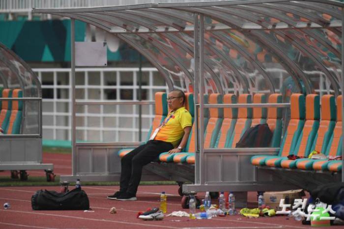 HLV Park Hang Seo sụt sùi trên xe buýt trở về khách sạn sau thất bại trước Olympic UAE