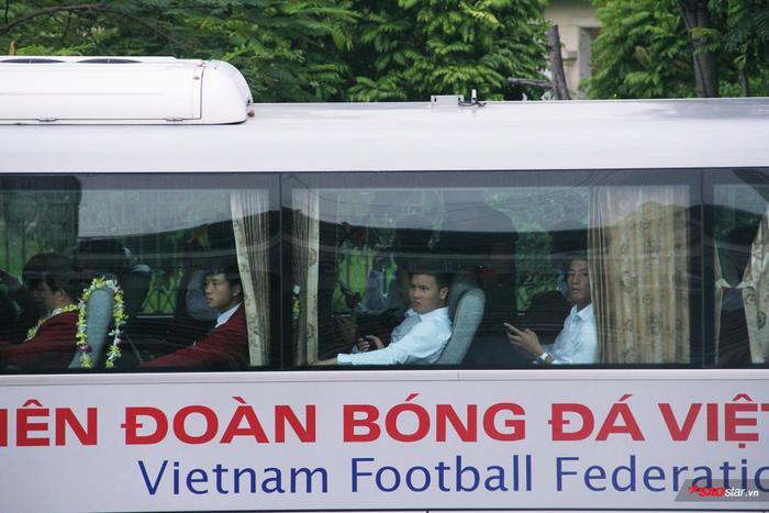 Các cầu thủ lên xe di chuyển theo lối đi riêng và có mặt ở SVĐ Mỹ Đình kịp giờ giao lưu theo kế hoạch.