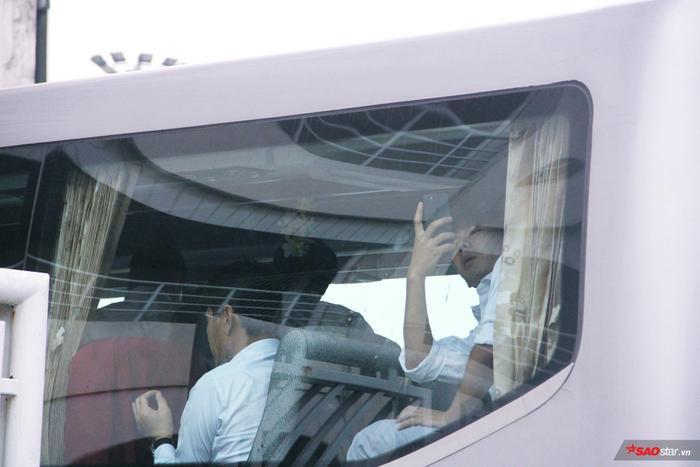 Chàng cầu thủ Minh Vương nhắng nhít chụp hình ghi lại khung cảnh bên ngoài.