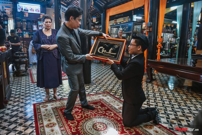 Duy Cường tặng Ngọc Sơn bức tranh bằng vàng trong ngày nhận cha nuôi.
