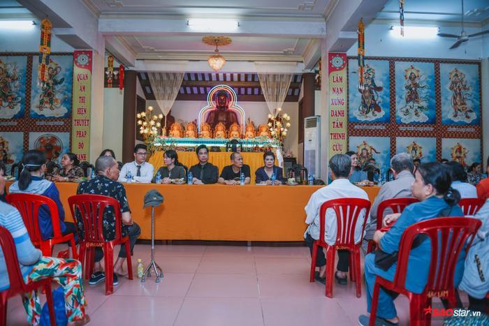 Đến tham dự buổi từ thiện còn có sự hiện diện của mẹ danh ca Ngọc Sơn, tổng giám đốc Cát Tiên Sa và các học trò.