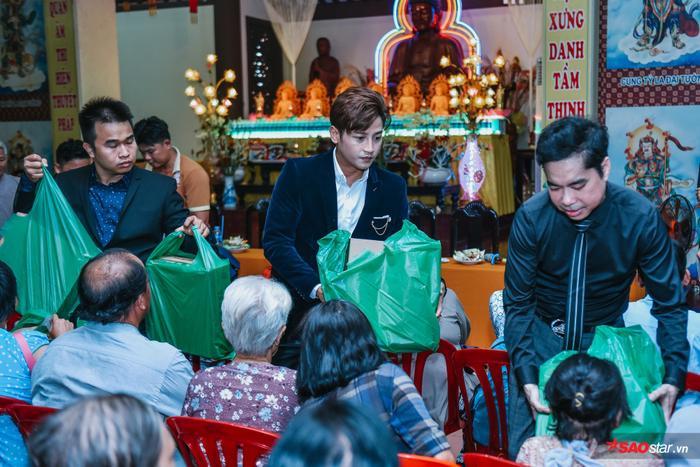 Học trò Đỗ Minh Quân cũng có mặt trong chuyến từ thiện lần này.