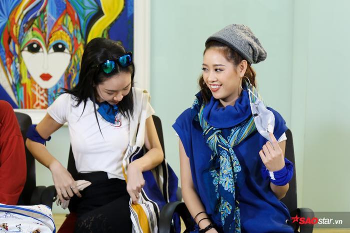 Khánh Vân cùng Đông Hạ gây ấn tượng với cách mix đồ hài hước, thú vị.