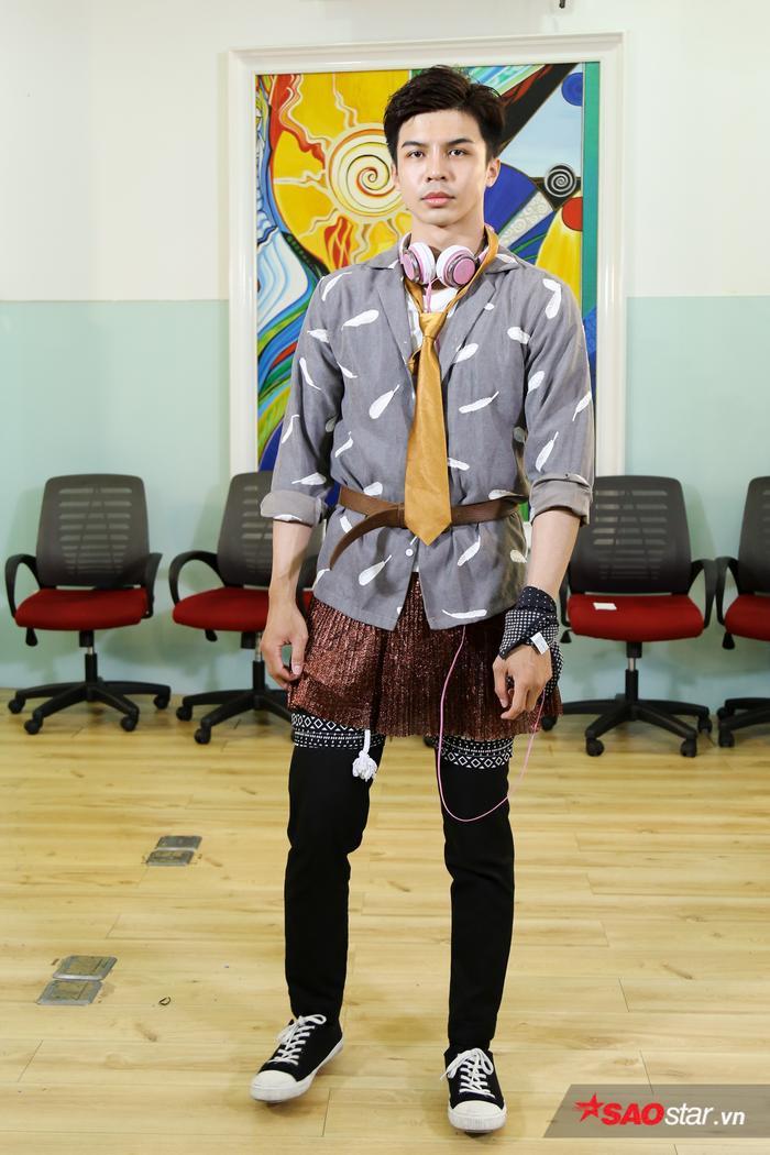 Chắc hẳn, chiếc cravat vàng đồng này là điểm nhấn mà Thành An lựa chọn trên set đồ của mình.