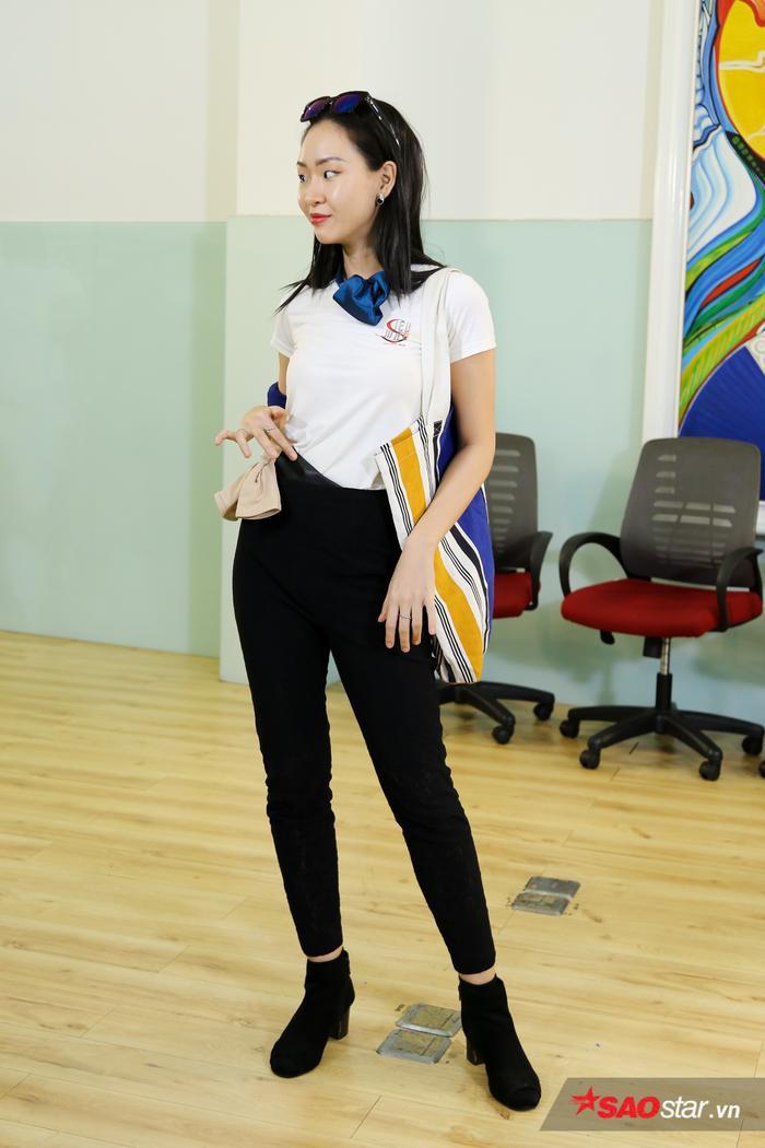 Đông Hạ biến chiếc cravat xanh thành chiếc nơ cột cổ, mix cùng màu với kính mát form vuông.