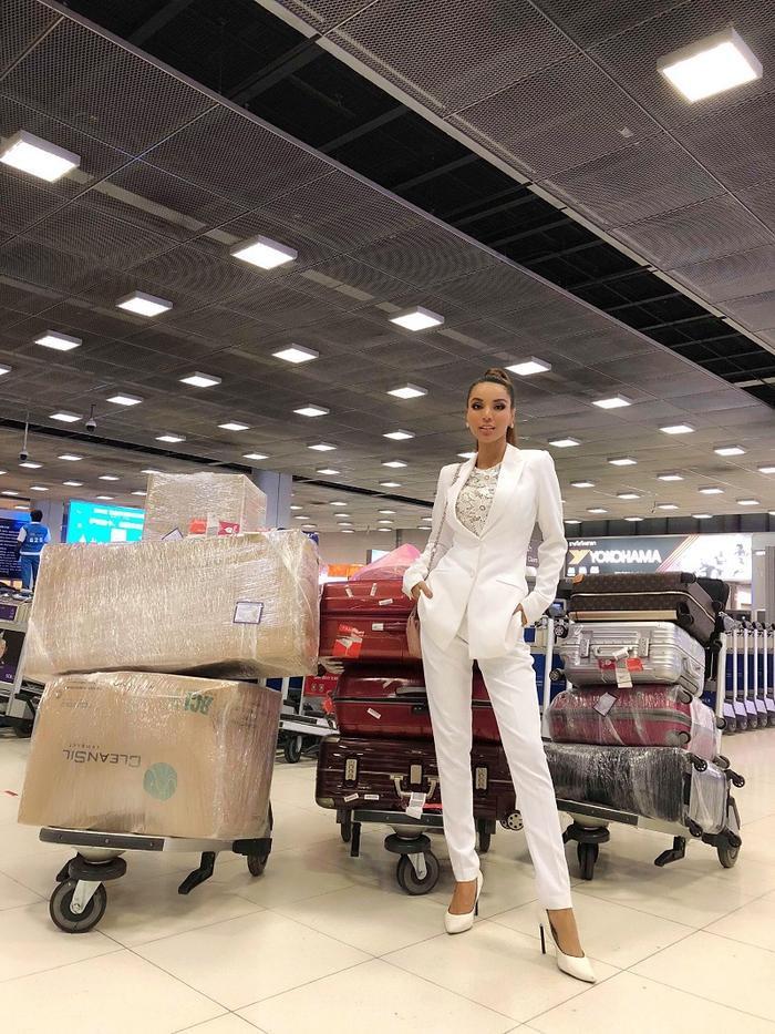 """Khối hành lý của cô đã lên tới hàng trăm kg với 10 kiện hành lý lớn cho """"cuộc chiến"""" tại nước bạn"""