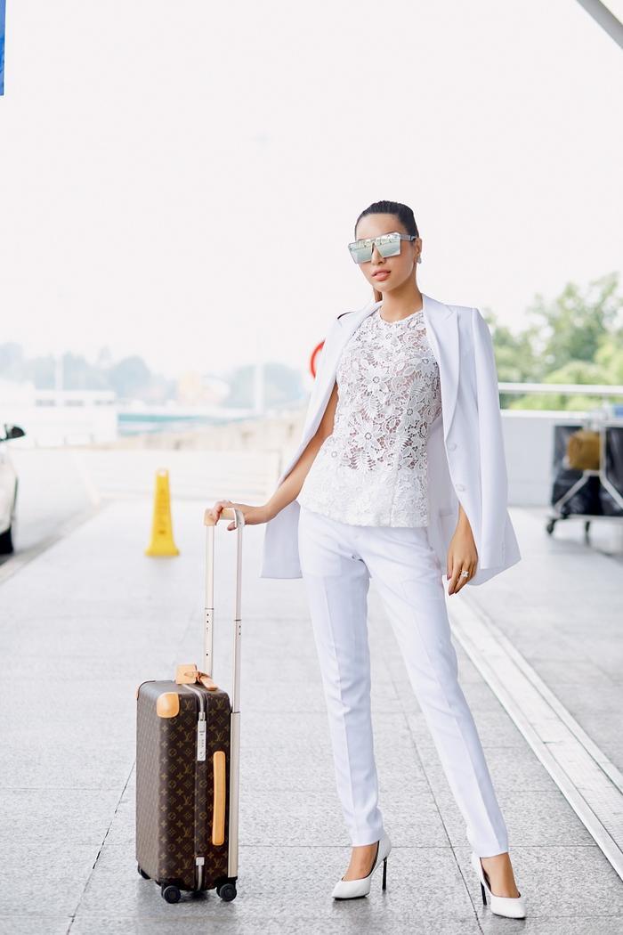 """Trang phục sân bay thanh lịch được tô điểm thêm căp mắt kính bản to tráng gương màu bạc vô cùng """"ngầu"""""""