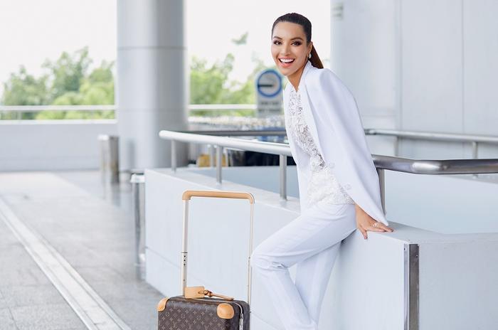 Tại sân bay, Khả Trang diện trang phục vest màu trắng lịch lãm, khoe vẻ mạnh mẽ, cá tính mà vẫn vô cùng gợi cảm với làn da nâu.