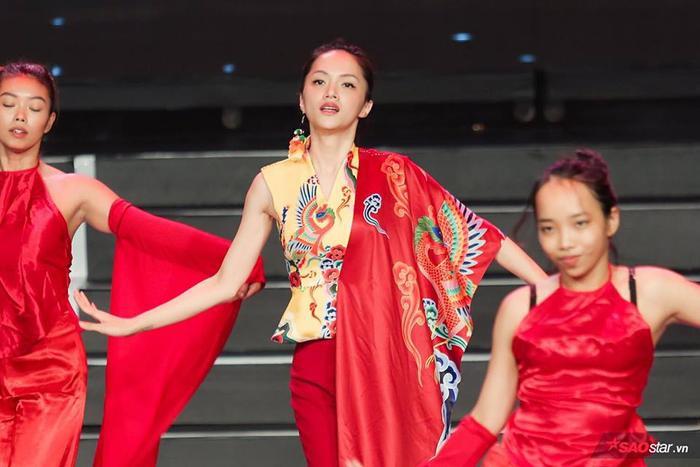 Hương Giang xinh đẹp trong buổi tổng duyệt chương trình.
