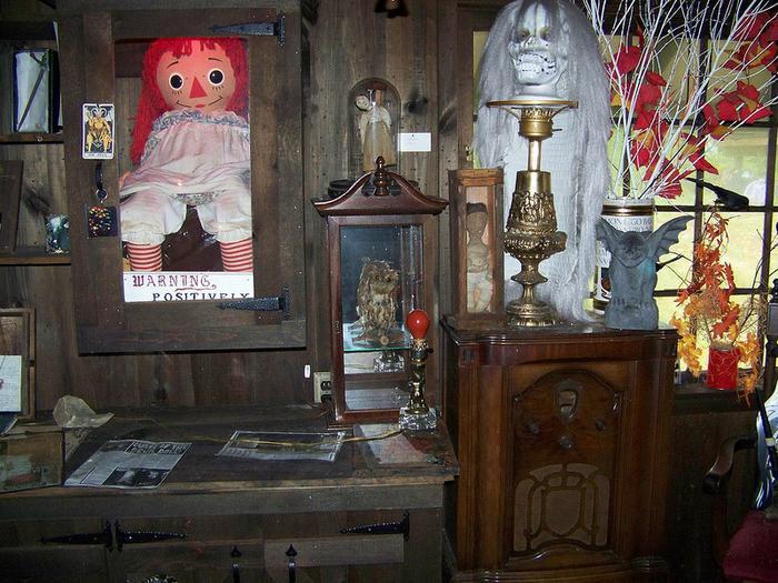 Phòng trưng bày hiện vật ma quái tại gia trang của vợ chồng Warren.