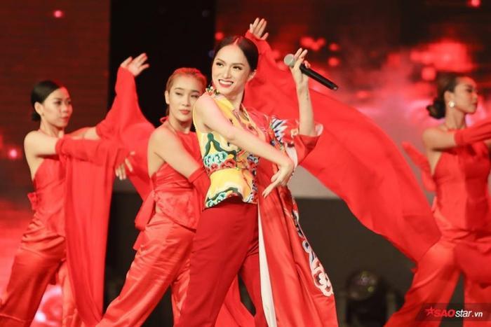 Nữ ca sĩ xuất hiện với thần thái cùng màn trình diễn đẳng cấp của một Hoa hậu.