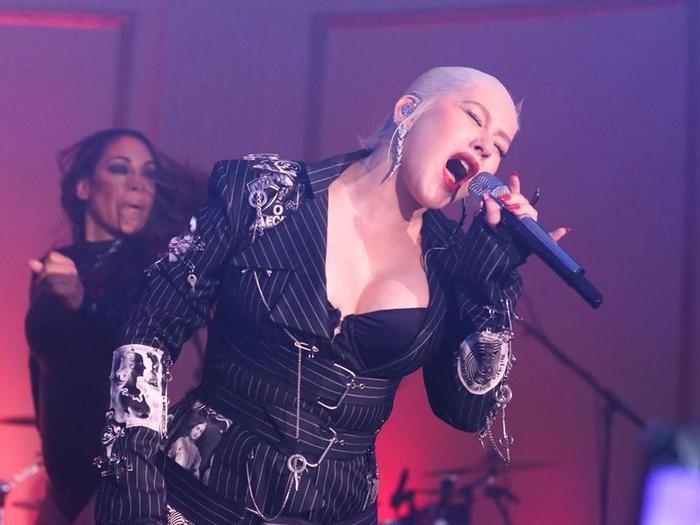 Hình ảnh Christina Aguilera biểu diễn trong đêm.