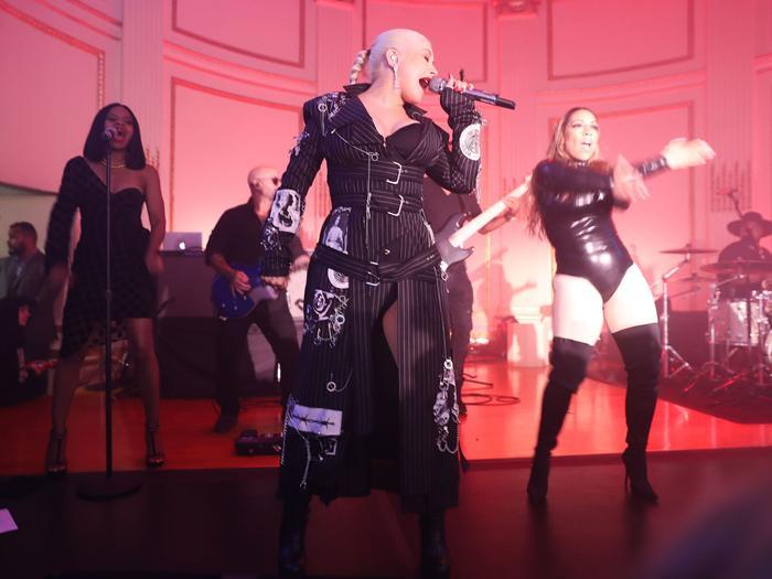 Lúc 2 nữ rapper kia đang tóe lửa, Christina Aguilera đang hát ca khúc Fighter.