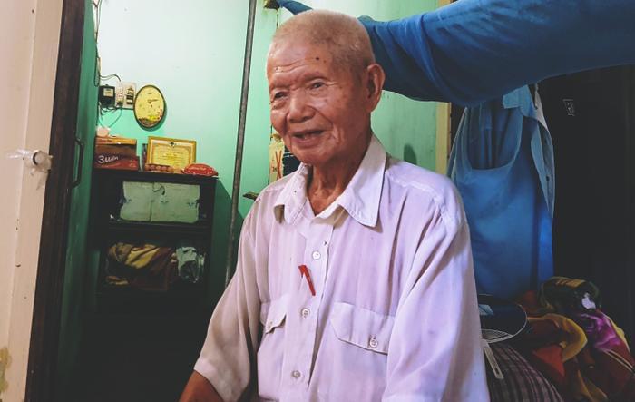 Cụ Roanh năm nay gần bước sang tuổi 90 nhưng vẫn phải nuôi người con trai 54 tuổi bị tàn tật.