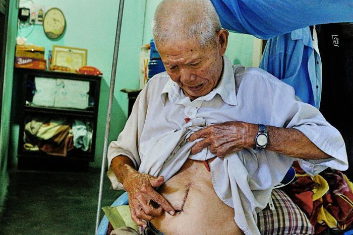 Cụ Roang mang trong mình nhiều căn bệnh của tuổi già nên cũng chỉ biết sống nhờ vào tiền trợ cấp xã hội và sự giúp đỡ của bà con lối xóm.