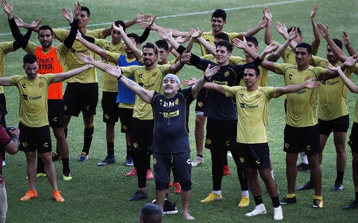 Chưa cống hiến được gì, Maradona đã đòi đội bóng mới cấp máy bay riêng