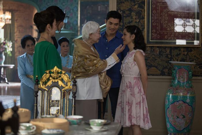 Hình ảnh Lão phu nhân xem tướng cho Rachel, sau đó quây quần gói bánh cùng gia đình.