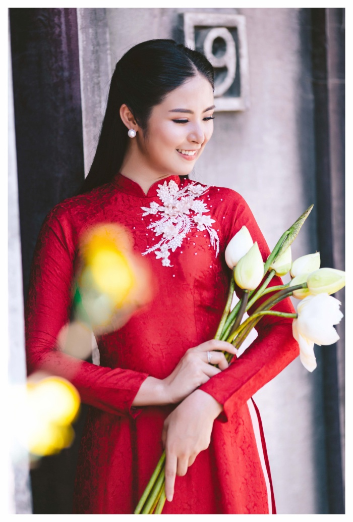 Vẫn giữ phom dáng truyền thống, Ngọc Hân chỉ tô điểm thêm những họa tiết hoa được thêu tỉ mỉ bằng tay hoặc đính đá trển phần ngực áo để cô dâu được nổi bật.