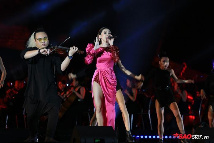 """Phần trình diễn của Tóc Tiên đã """"khuấy đảo"""" không khí đêm nhạc."""