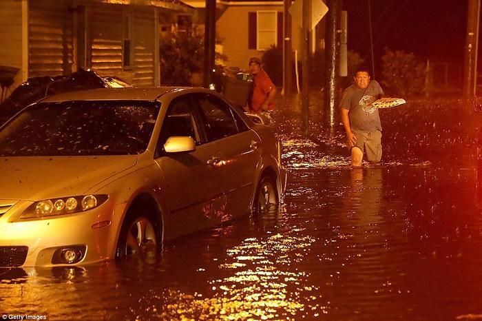 Sông Neuse phá vỡ đê chắn, gây lũ lụt nhanh chóngở New Bern. Ảnh: Getty