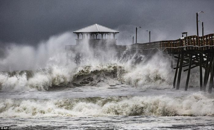 Các đợt sóng lớn ập vào bờ biển Atlantic, bang North Carolina khi siêu bão Florence đổ bộ. Ảnh: AP
