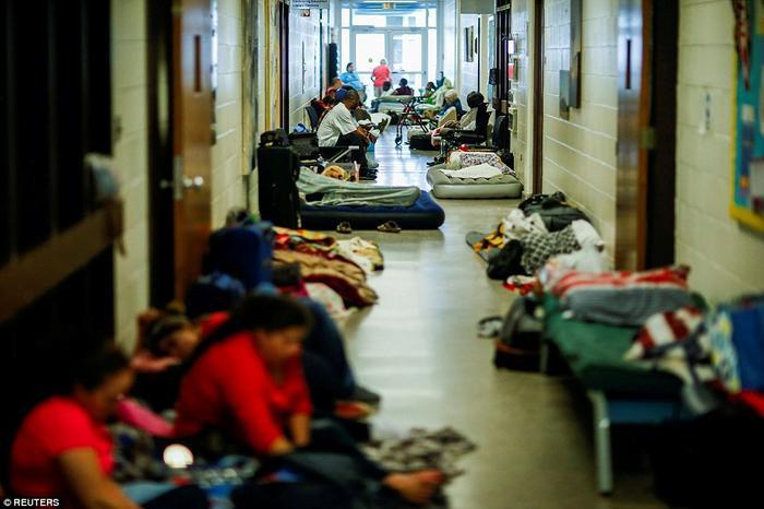 Người dân nằm la liệt tại các khu vực trú ẩn. Ảnh: Reuters