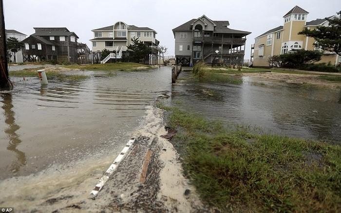 Nước lũ từ sông Neuse dâng cao, tràn vào các ngôi nhà ở New Bern, South Carolina. Ảnh: AP