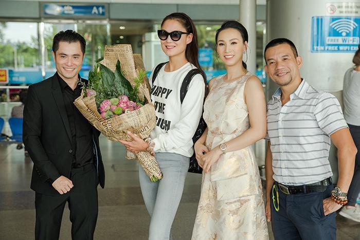Sáng ngày 14/9, sau một chặng bay dài, Maria Mogsolova đã có mặt ở sân bay Tân Sơn Nhất. Hoa hậu Paris Vũ và nhà thiết kế Nhật Dũng trực tiếp ra sân bay để chào đón người đẹp quyền lực của ngành công nghiệp thời trang. Maria Mogsolova rất vui vẻ và cởi mở khi được tiếp đón nồng nhiệt ở sân bay.
