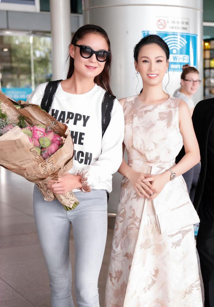Hoa hậu Paris Vũ trong trang phục thanh lịch có mặt đúng giờ để đón nữ chủ tịch xinh đẹp.