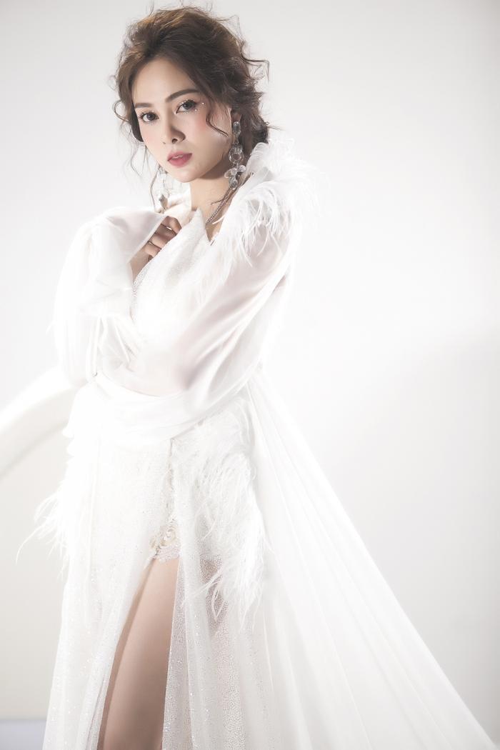 Cô nàng cảm thấy may mắn khi được nhạc sĩ Lưu Thiên Hương dành tặng ca khúc này.