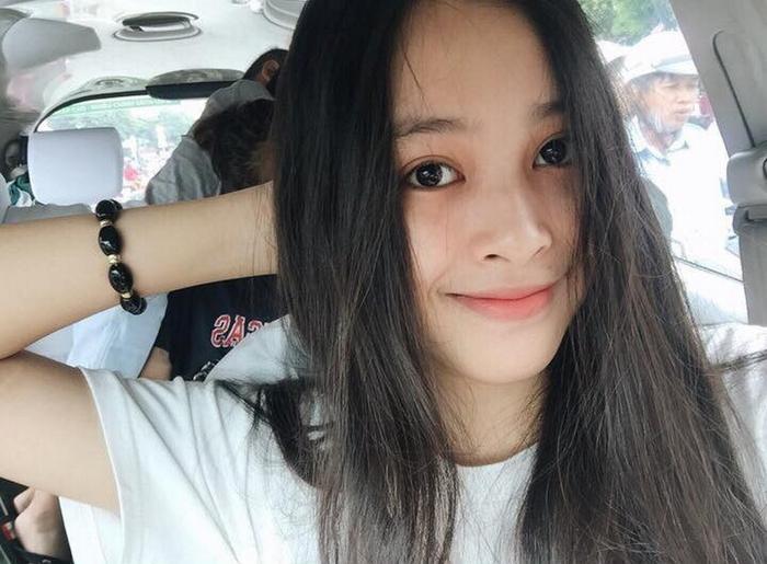 Tiễu Vy sinh năm 2000 này cũng chính là một trong những thí sinh nhỏ tuổi nhất cuộc thi Hoa hậu Việt Nam 2018. Tân hoa hậu đến từ Quảng Nam, với những ưu điểm về ngoại hình lẫn thần thái cuốn hút vượt bậc, thí sinh này đã chiếm được nhiều sự yêu mến từ công chúng.