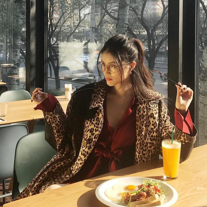 Họa tiết da báo đang gây sốt trong mùa Thu / Đông năm nay và nàng siêu mẫu cũng đã nhanh tay sắm cho mình một cái chiếc áo khoác dáng dài da báo