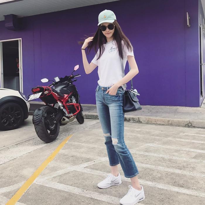 Trang phục với áo thun và quần jeans luôn là sự lựa chọn thường xuyên của cô nàng