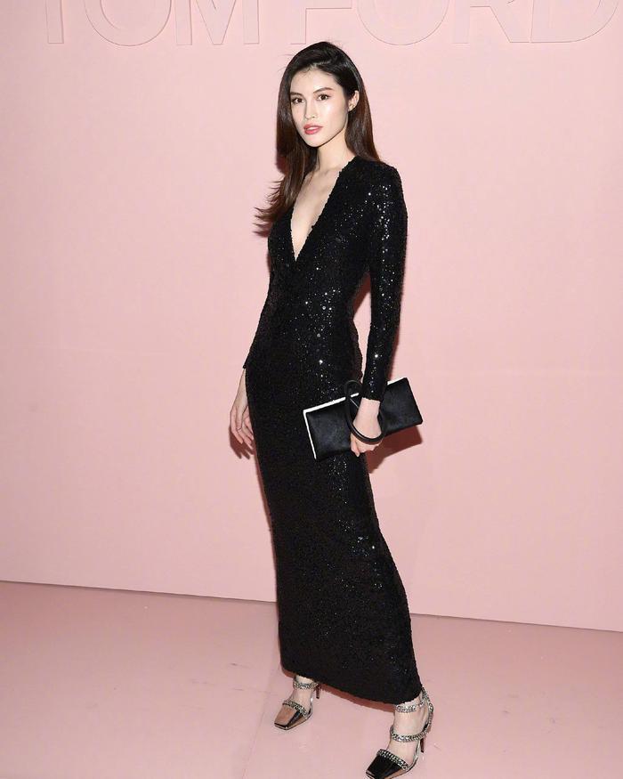 Đẹp lộng lẫy với chiếc đầm đen sequin xẻ ngực tại một sự kiện thời trang