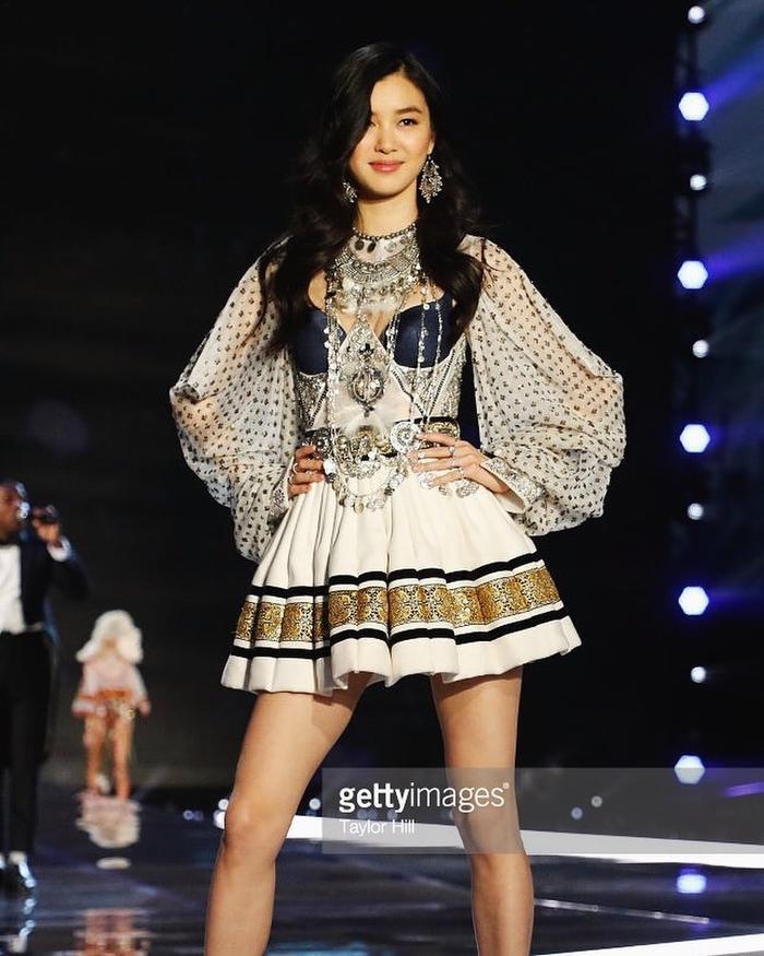 Nàng mẫu 21 tuổi lần đầu tiên sải bước trên sàn catwalk của Victoria's Secret 2017