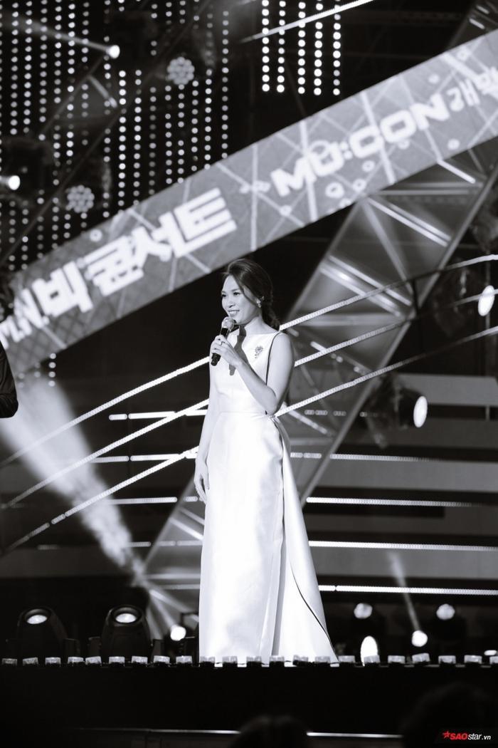 Không chỉ trổ tài hát tiếng Hàn, nữ ca sĩ còn có phần giao lưu đầy thú vị với khán giả Hàn Quốc.