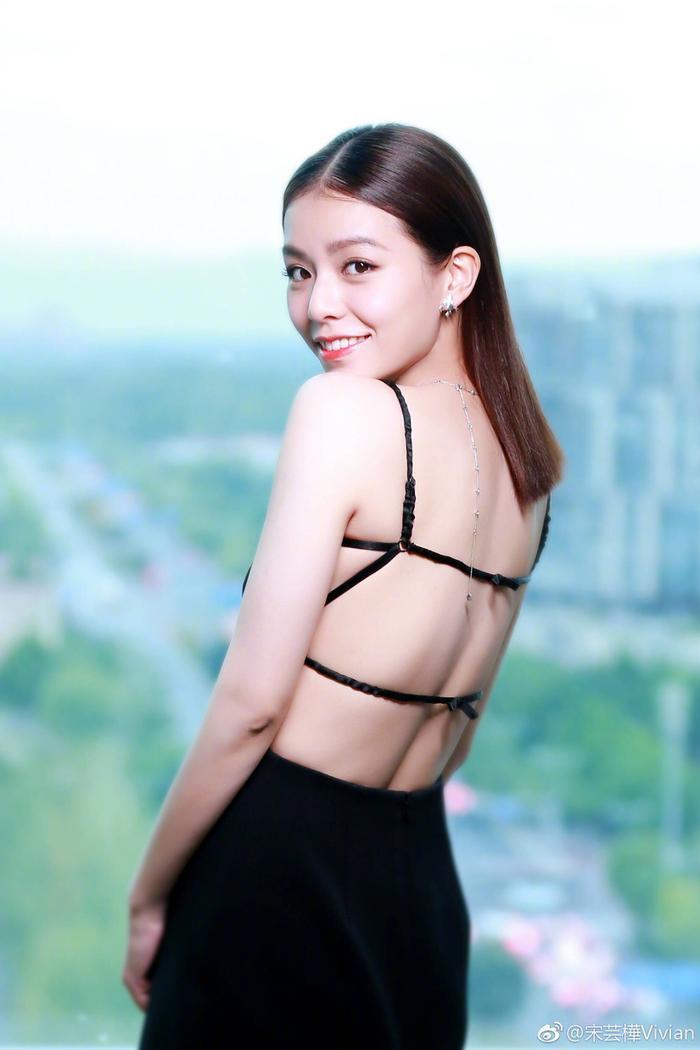 """Tống Vân Hoa, cô được khán giả Việt biết đến nhiều hơn với phim điện ảnh """"Thanh xuân ơi chào em"""" cùng Lưu Dĩ Hào."""
