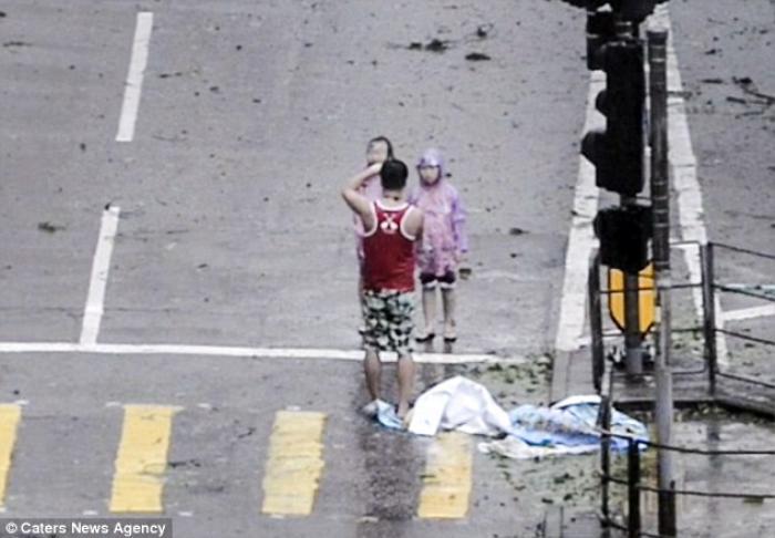 Cha bắt hai con tạo dáng để chụp ảnh giữa siêu bão Mangkhut gây phẫn nộ