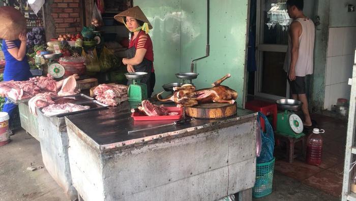Kiểm tra khu chợ kinh doanh thịt thú nuôi nổi tiếng Sài Gòn, tiểu thương nháo nhào ôm thịt chó tháo chạy