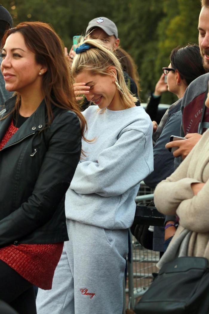 Hailey Baldwin đứng ngay đó, vừa xấu hổ vừa tươi cười!
