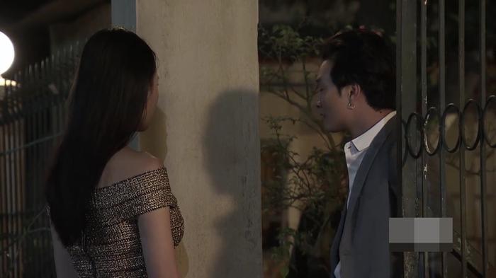 Phong tìm gặp Quỳnh ở trước xóm trọ